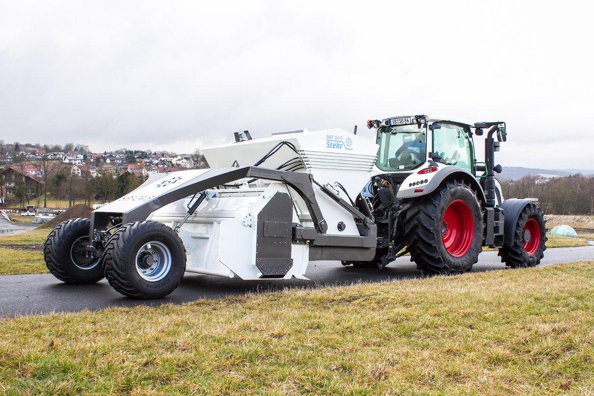 Traktor mit Stehr Bodenstabilisierungsfräse SBF24L