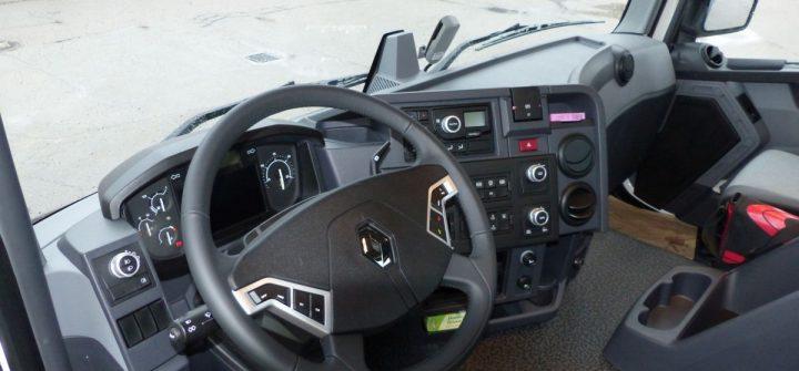 Cockpit des Renault C 440 8x