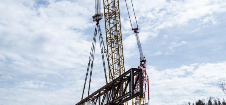 Gittermastkran mit 345 t schweren Brückensegmenten