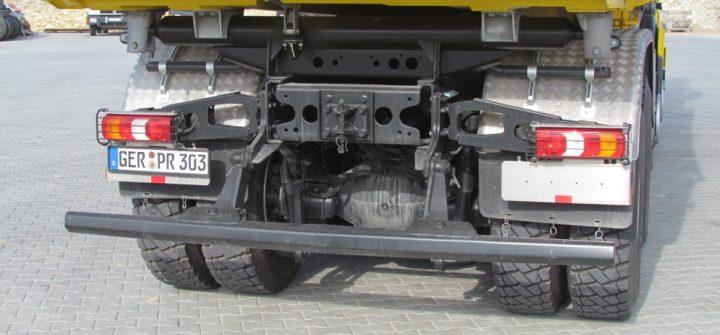 Mercedes Benz Arocs Heckansicht auf Unterfahrschutz