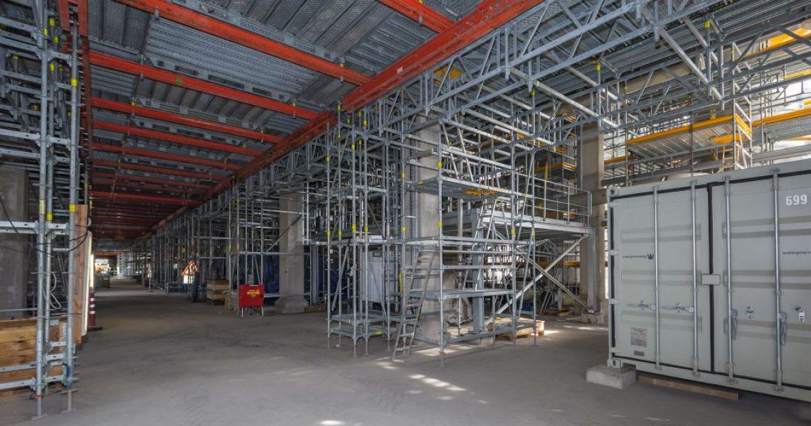 Bau einer Überbrückung/Durchfahrtsöffnung mit Gerüsten von Peri