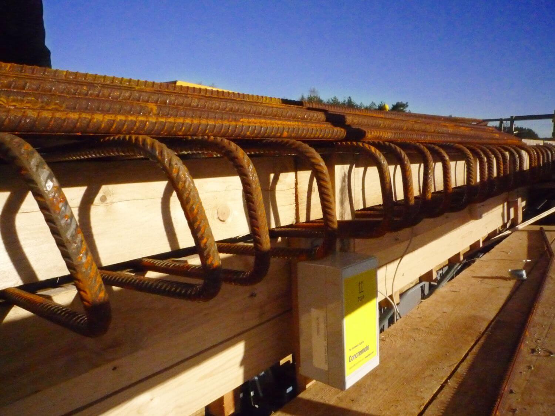 Kabelsensor mit Messfühlern am Außenbereich der Fahrbahnplatte