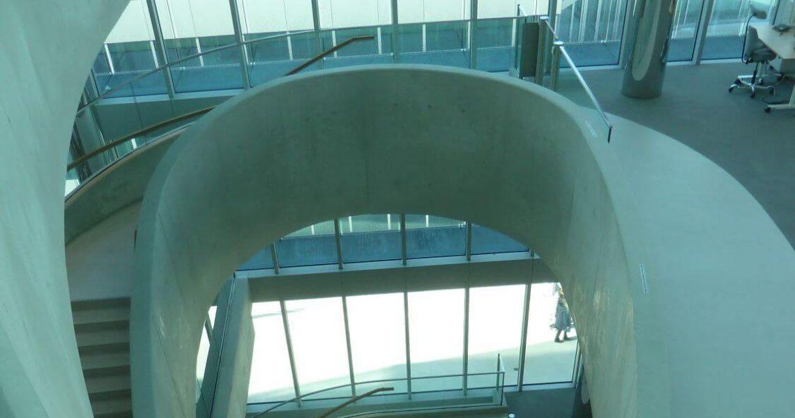 Offene Treppe mit Brüstungen in Sichtbeton