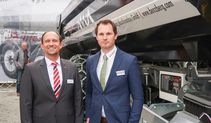 Roland Hartwig (Schwarzmüller-CEO) und Herbert Schneeberger (Geschäftsführer von Benzberg) vor einem Kippmuldenanhänger