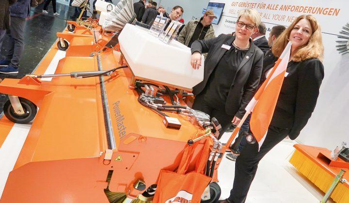 """Anbaukehrmaschine """"Power Master"""" von Bema mit Geschäftsführerin Sonja Koopmann"""