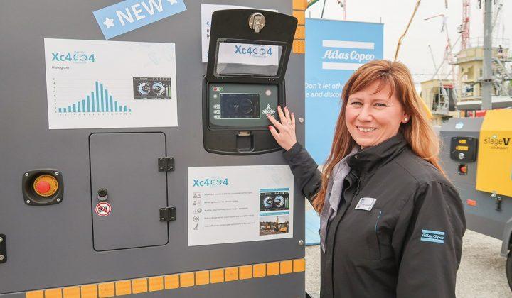 Kompressor von Atlas Copco mit Kommunikationsmanagerin Anja Wiehoff