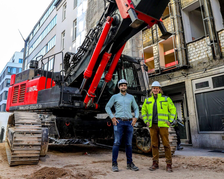 Georg Antal und Bauleiter Daniel Deigert vor einem Multi-Carrier Bagger von Kiesel