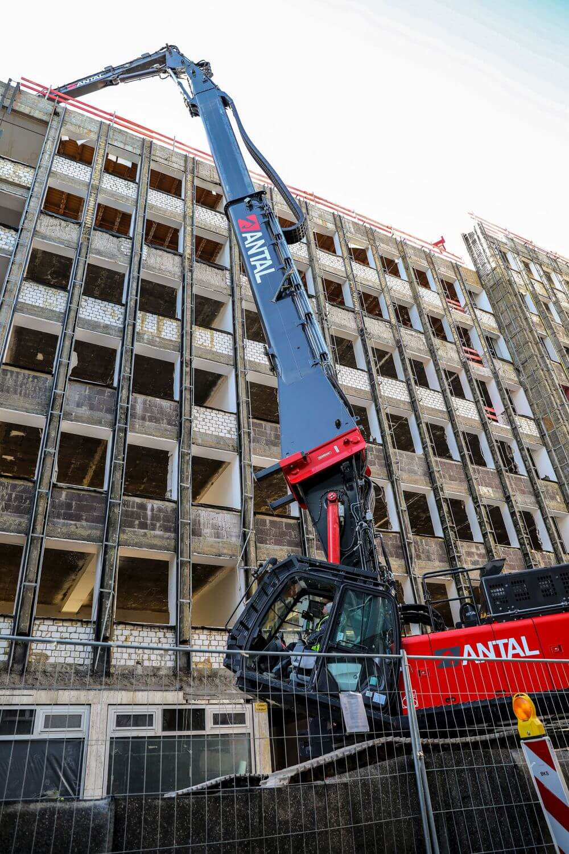 Ausleger des KMC600-6 beim Abriss eines Gebäudes