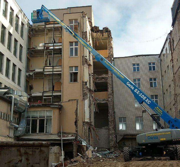 Genie-Arbeitsbühne beim Abbruch eines Gebäudes