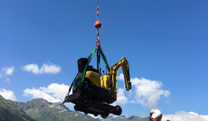 Transport eines Minibaggers mit dem Helikopter