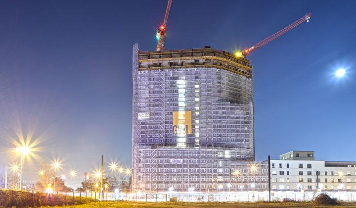 Spitzenloser Wolff-Kran beim Bau eines Hochhauses
