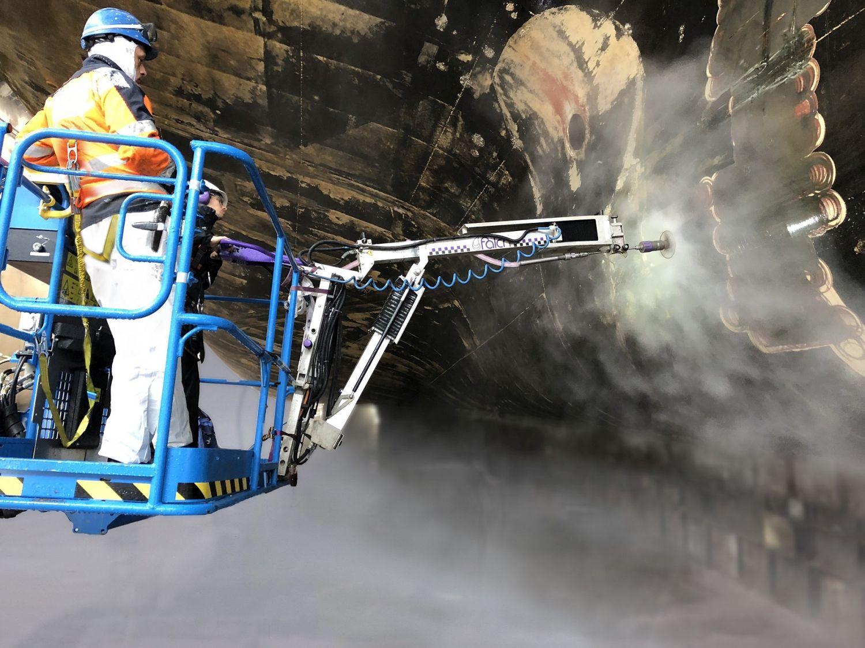 Wasserstrahlwerkzeug an einer Teleskoparbeitsbühne