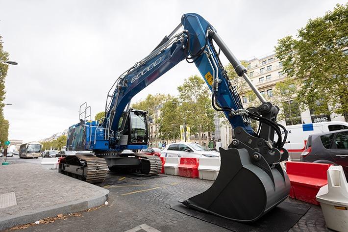 60.000ste Liebherr-Raupenbagger auf der Champs-Élyseés in Paris