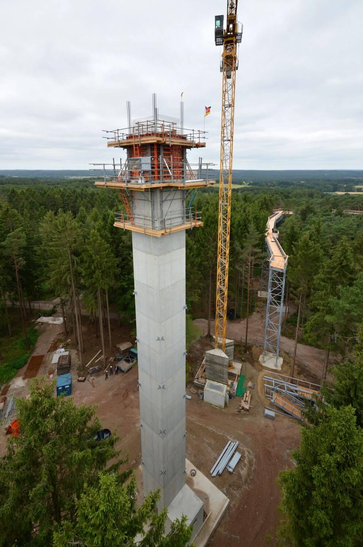 44m hoher Aufzugs- und Aufsichtsturm für Baumwipfelpfad in der Lüneburger Heide