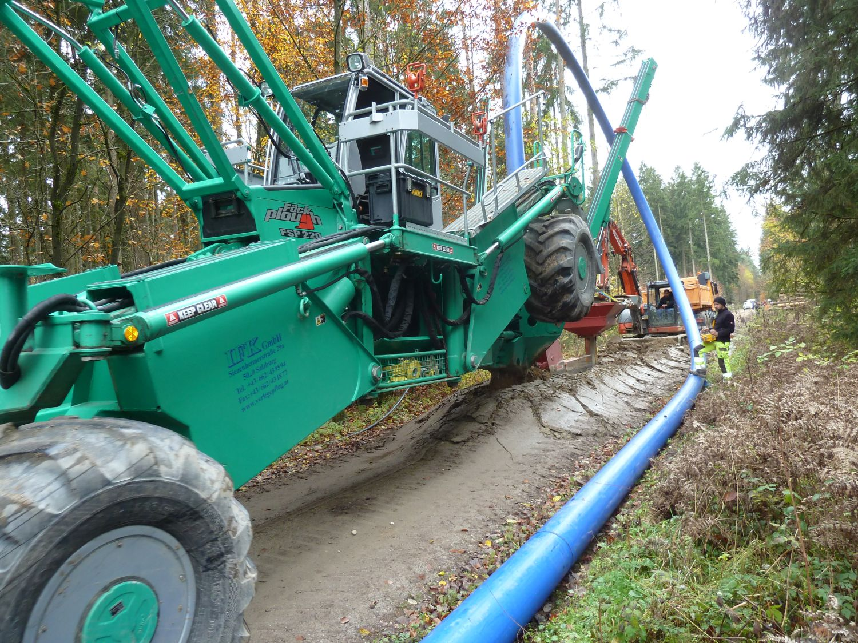 Kabelpflug verlegt Endlosstrang Wasserleitung