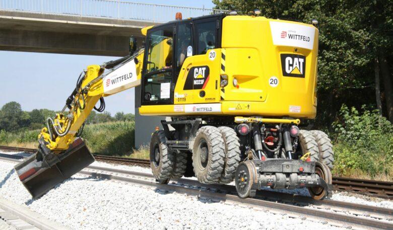 Cat M323F Zweiwegebagger auf Schienen