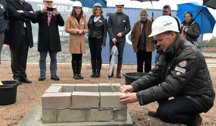 Frank Evers, Geschäftsführer bei Wilhelm Schäfer, legt den Grundstein für die neue Firmenzentrale