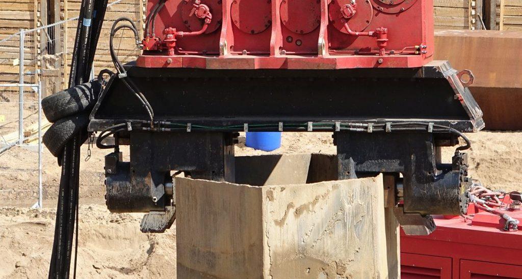 Kettenbagger MS-48 HFV greift ein Wabenprofil mit Doppelzange