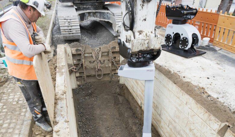 Bagger-Anbauverdichter im Einsatz in einer beengten Kanalbaustelle