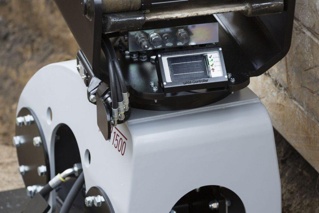 Solarbetriebener Frequenzcontroller an einem Anbauverdichter für Bagger