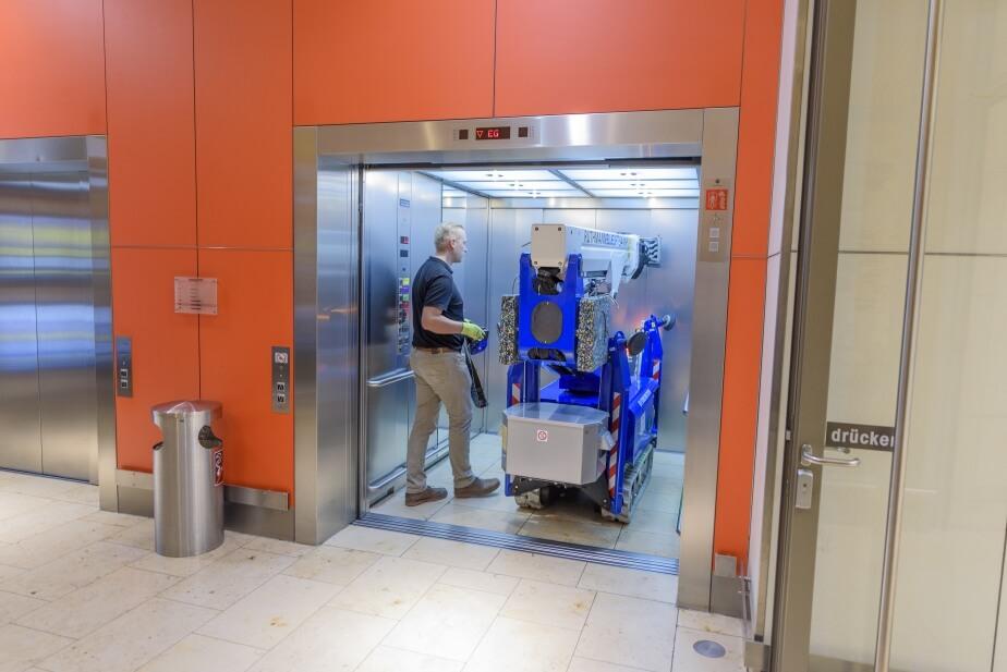 Ruthmann-Arbeitsbühne im Aufzug