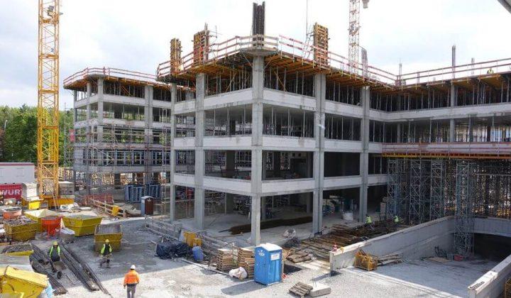 Rohbau in Stahlbeton-Skelettkonstruktion eines Bürogebäudes