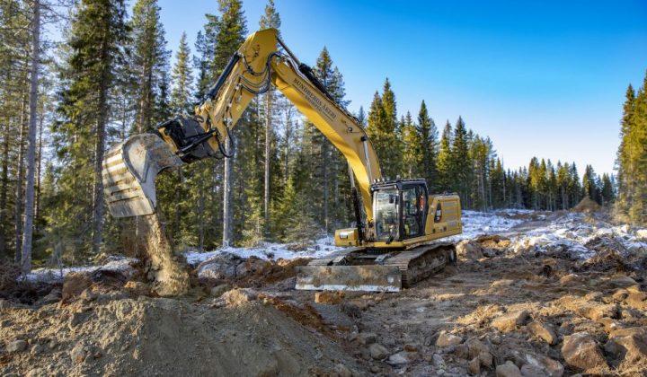 Cat-Bagger beim Bau einer Forststraße
