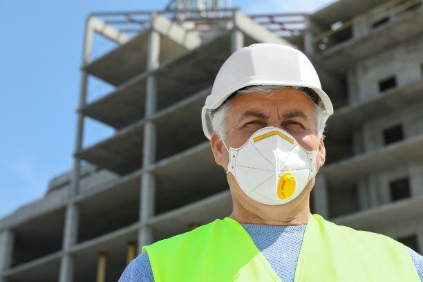 Bauarbeiter mit Atemschutzmaske AdobeStock_281528841