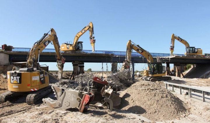 Zwei Kettenbagger mit Schnellwechsler beim Brückenrückbau