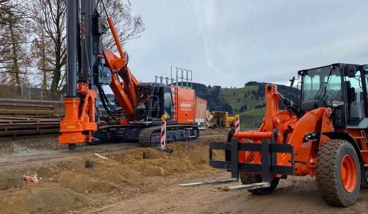 Cat-Radlader 910M und Bohrgerät BG 203 im Baustelleneinsatz