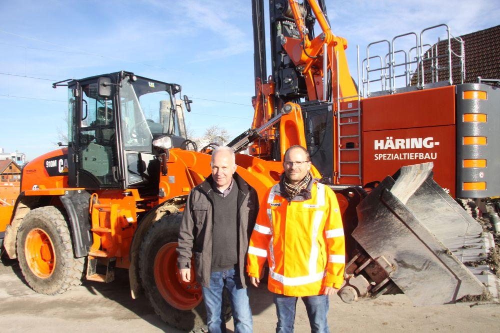 Jörg Mayer, Geschäftsführer von Häring Spezialtiefbau, mit Uwe Fuhrmann, leitender Verkaufsrepräsetant der Zeppelin-Niederlassung Ulm
