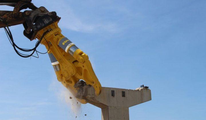Epiroc Concrete-Buster reisst Betonpfeiler ein