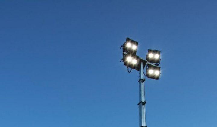 LED-Lichtmast auf einer Baustelle
